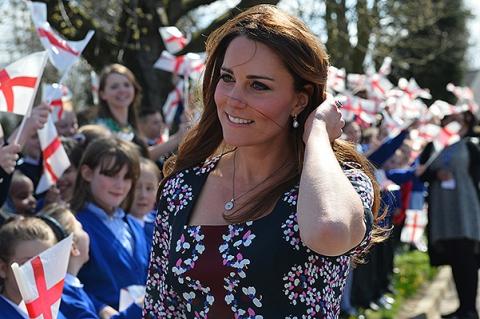 Цветочное настроение: герцогиня Кэтрин посетила школу в Манчестере