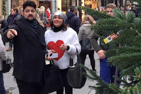 Анна Нетребко с женихом и сыном выбрали новогоднюю елку