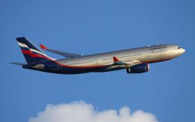 Россиянин устроил дебош на борту самолета, летящего в Париж: появилось видео