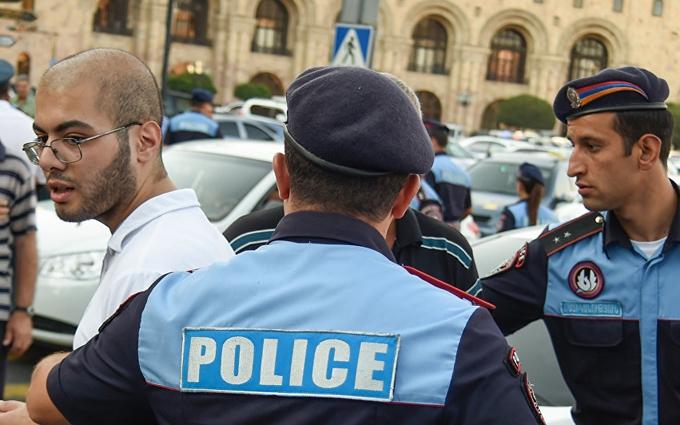 У столиці Вірменії опозиція захопила будівлю поліції: з'явилося відео