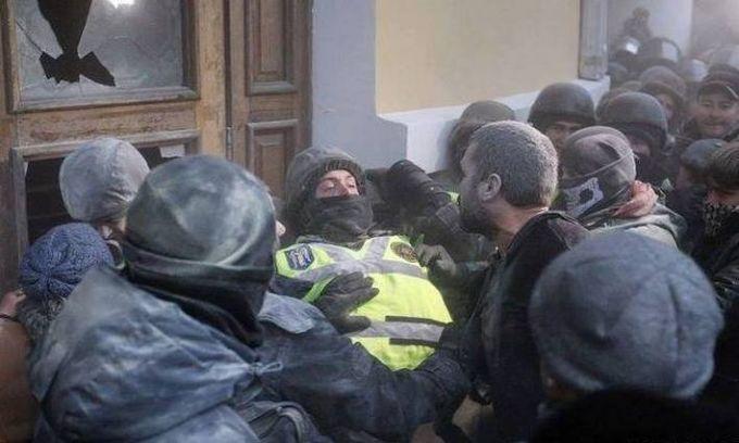 Нацгвардия назвала число пострадавших во время штурма Октябрьского дворца: опубликованы фото