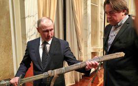 """Путину подарили меч, с которым он """"всех победит"""": появились фото"""