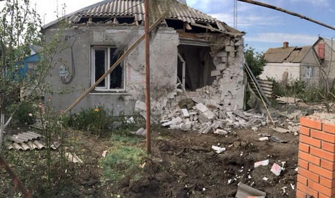 Бойовики ДНР обстріляли селище і поранили дитину: з'явилися фото (1)