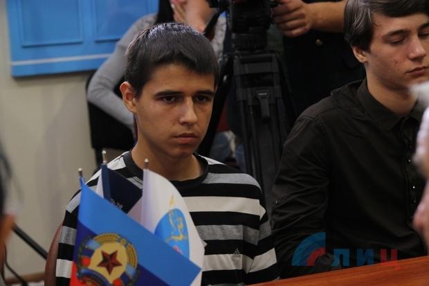 В окупованому Луганську студентів покарали за прапор України: з'явилися фото (1)