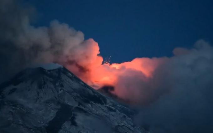 Почав вивергатися найбільший вулкан в Європі: опубліковано відео