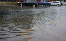 """Київ під водою: опубліковані шокуючі відео затопленої дороги біля """"Лівобережної"""""""