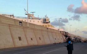 """В Іспанії великий пором врізався в стіну порту і ледь не """"виїхав"""" на автостраду: з'явилося відео"""
