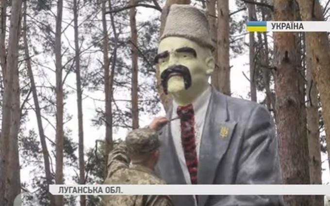 У зоні АТО бійці креативно декомунізували Леніна: опубліковано відео