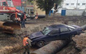 В Одессе машина провалилась в котлован: появились впечатляющие фото