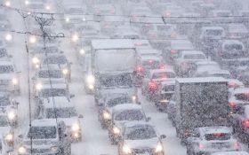 В двух областях Украины из-за непогоды образовались огромные пробки