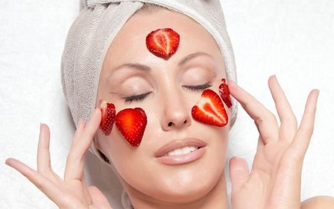 Чим побалувати шкіру влітку: вісім ефективних ягідних масок