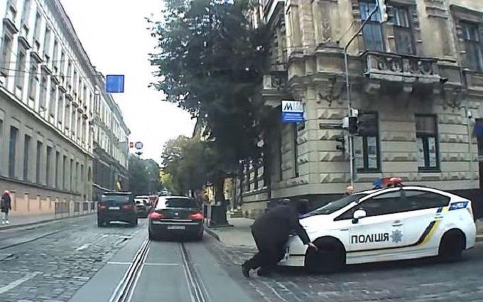 Патрульні у Львові збили жінку на переході: з'явилося відео