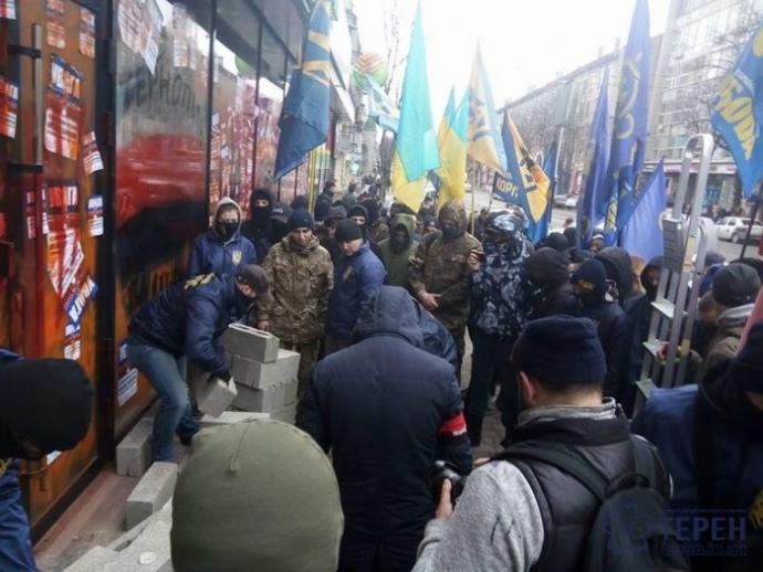 Российскому банку досталось еще в одном городе Украины: появились фото (1)