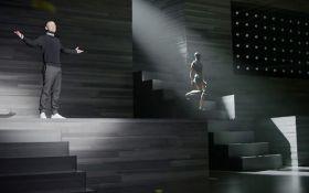 Популярный американский певец поразил сеть новым клипом: опубликовано мощное видео