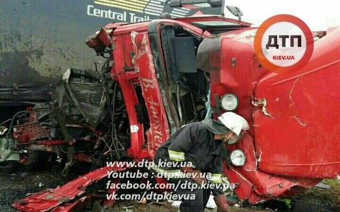 Під Києвом сталося масштабне зіткнення вантажівок: опубліковані фото
