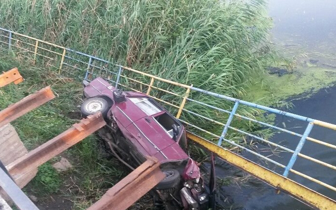 У Маріуполі машина з військовими полетіла в річку: з'явилися фото