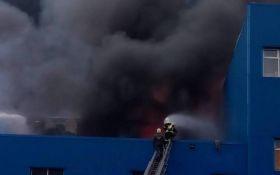 """В Киеве в районе """"Дарынка"""" произошел масштабный пожар: появились новые фото и видео"""