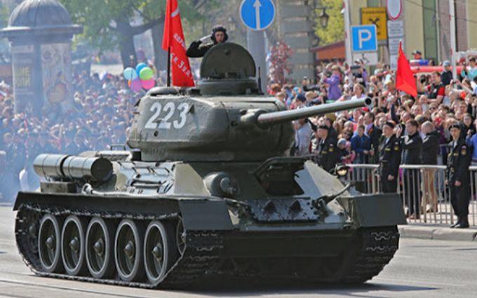 Оккупанты в Крыму чуть не наехали танком на зрителей парада - шокирующие детали