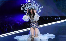 Китайская модель оконфузилась на показе Victoria's Secret: появилось видео