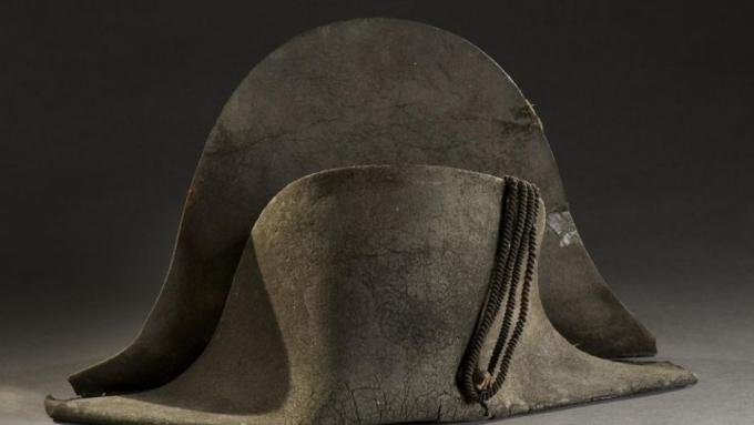 Спустя 203 года со дня битвы при Ватерлоо: на аукционе Франции за рекордную сумму продали шляпу Наполеона (1)