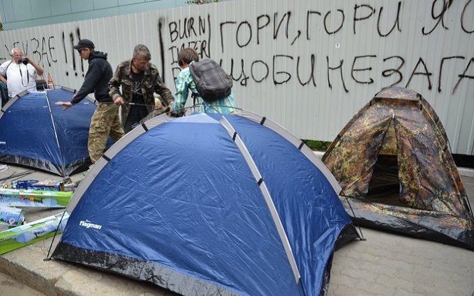 """Протестувальники під """"Інтером"""" вирішили по-новому боротися з каналом: опубліковано відео"""
