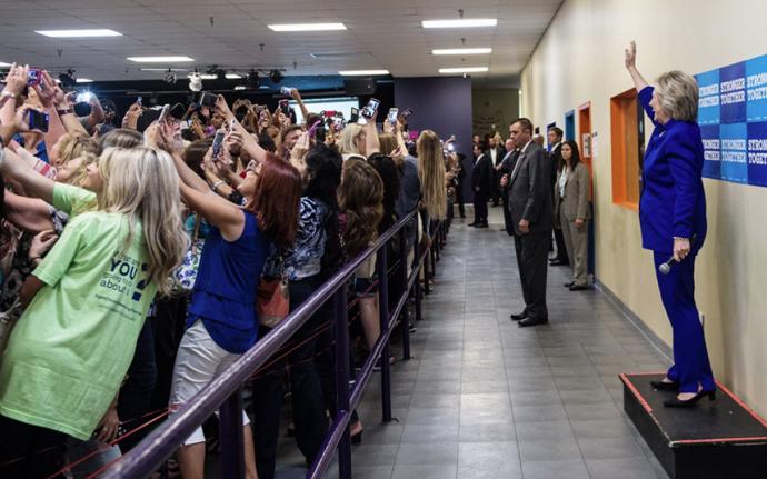 Світ змінився: нове фото з Клінтон стало хітом мережі (1)