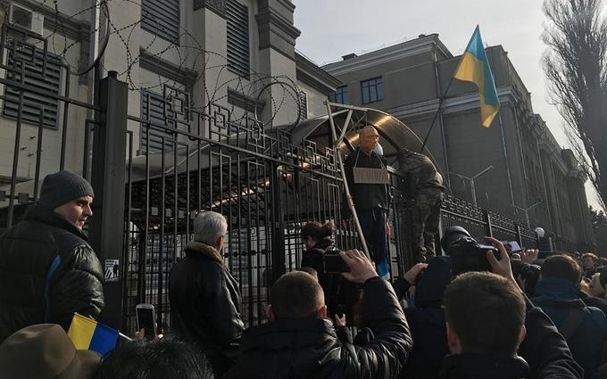 Атака на посольство России в Киеве: появились новые фото, видео и подробности