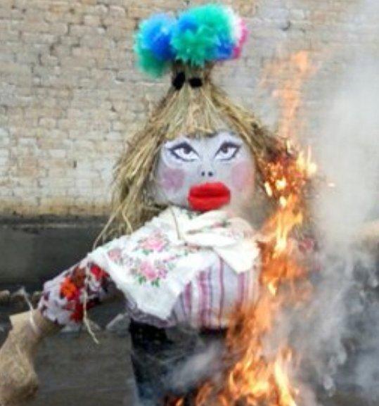 """На Донбасі спалили """"опудало Памели Андерсон"""": з'явилися кумедні фото (4)"""