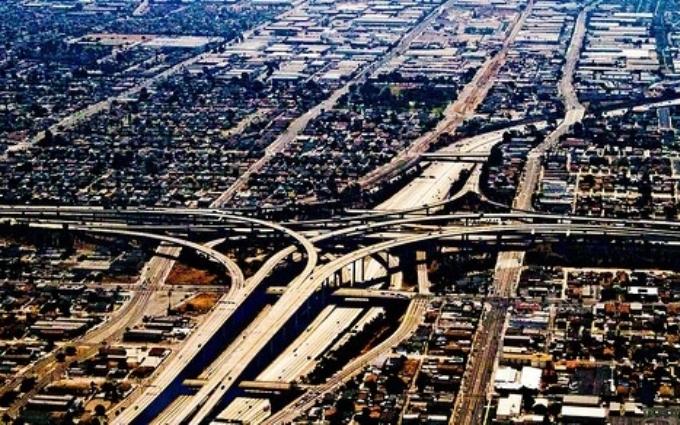 В США находится самая страшная автомобильная развязка мира: опубликовано фото и видео