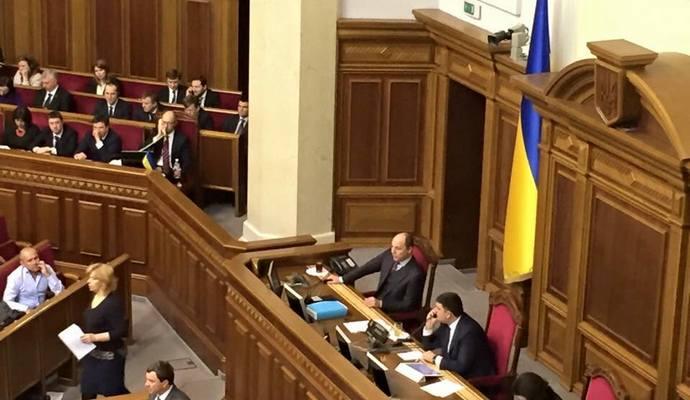 Яценюк позабавил соцсети разговором по телефону: опубликовано фото