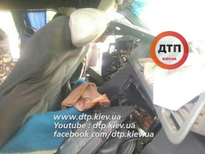 Водій маршрутки в Києві заснув і влетів у стовп: з'явилися фото жахливої ДТП (1)
