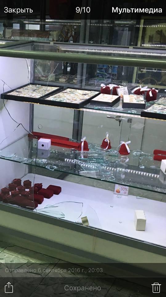 У Києві стався озброєний напад на ювелірний магазин: опубліковані фото (1)
