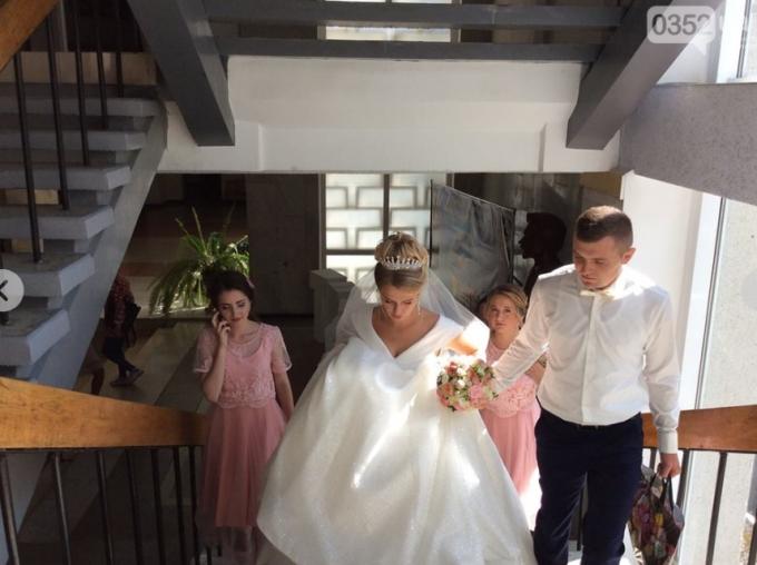 В Тернополе девушка пришла на экзамен в свадебном платье (2)