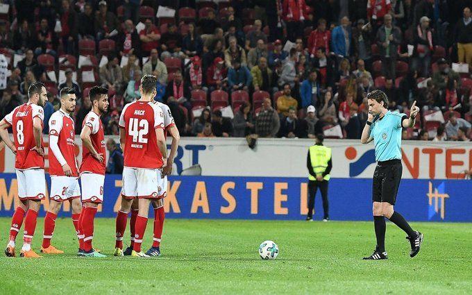 Фанаты закидали поле туалетной бумагой вовремя перерыва матча «Майнц»— «Фрайбург»