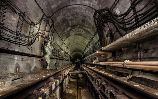 В Києві правоохоронці затримали іноземця, що гуляв тунелем метро