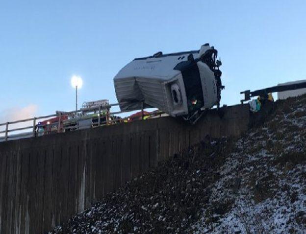 В Британии полицейский руками удержал грузовик, падающий с обрыва (2)