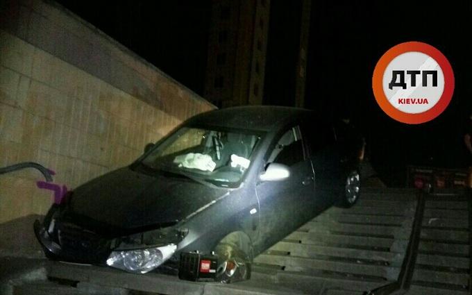 П'яний водій у Києві влетів у підземний перехід: опубліковані фото