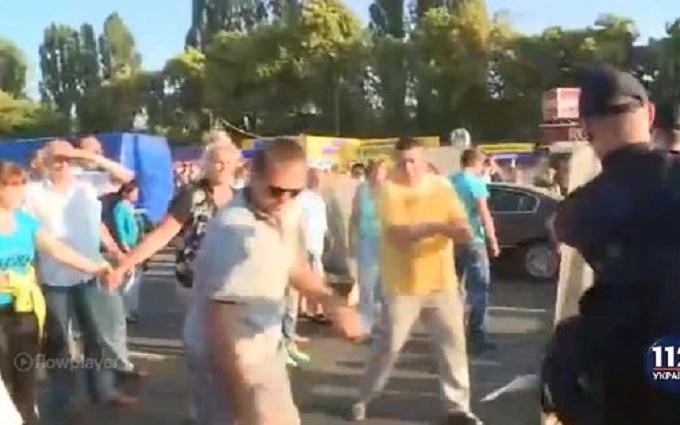 У Києві власники МАФів зчепилися з поліцією: з'явилися фото і відео