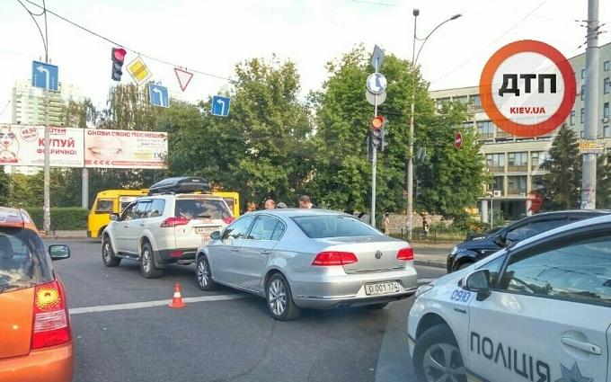 Авто посольства Росії в Києві протаранило позашляховик: з'явилися фото