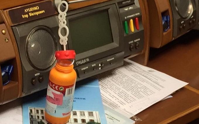 У нардепа у Раді побачили дитячу іграшку: опубліковано фото