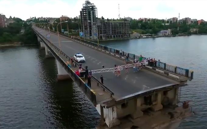 В Николаеве развели мосты для военных кораблей: появилось захватывающее видео