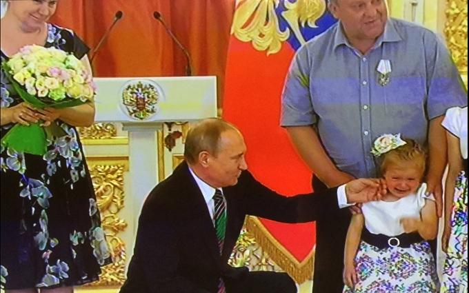 Маленька дівчинка розплакалася через Путіна: опубліковані фото