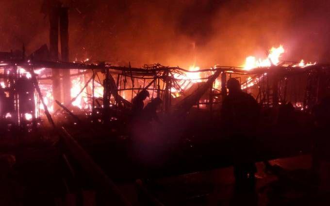 У Києві згорів ресторан на воді: опубліковано відео