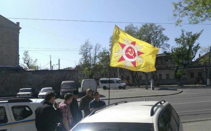 ВОдессе задержали заграничную машину ссоветским флагом