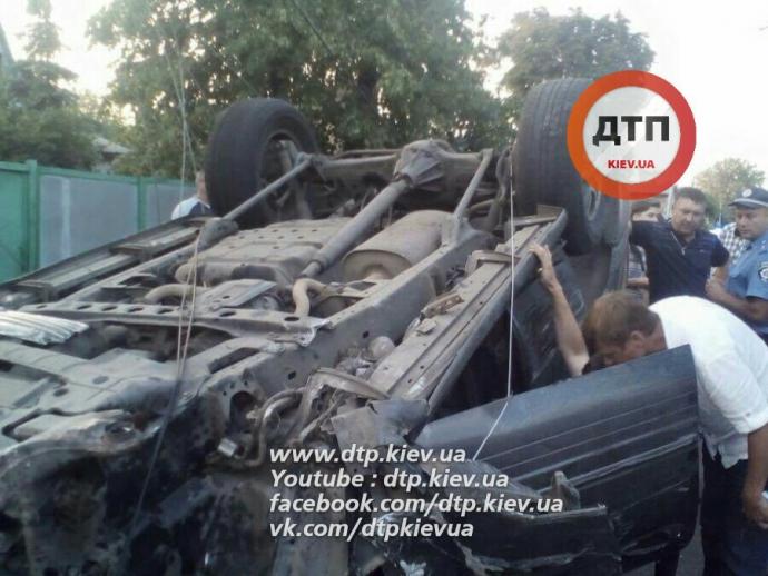 Під Києвом п'яний на Lexus мало не збив дітей: опубліковані фото (1)