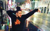 Известный украинский певец упал со сцены во время концерта: появилось видео