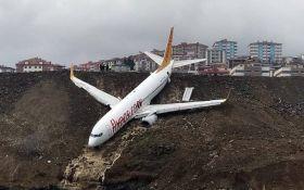 В Турции пассажирский самолет при посадке сорвался в пропасть: появились фото и видео