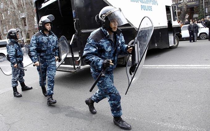 """Розгін """"Майдану"""" в Єревані: затримані десятки людей, опубліковано відео"""
