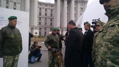 На Михайлівській площі у Києві відкрилась виставка сучасних озброєнь (12 фото) (10)