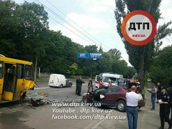 У Києві авто влетіло у маршрутку і спалахнуло, є постраждалі: з'явилися фото (1)